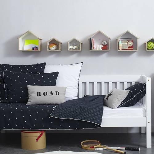 Ideas para decorar con una estantería casita de madera 5
