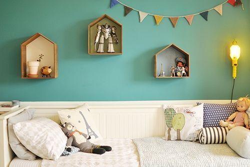 Ideas para decorar con una estantería casita de madera 12