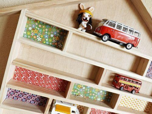 Ideas para decorar con una estantería casita de madera 15