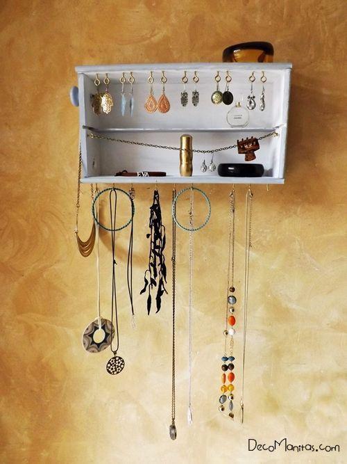 Reciclar cajas de madera de vino para organizar collares y pendientes 24