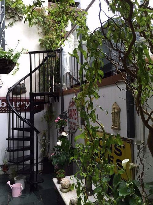 escaleras de caracol para aligerar los espacios en las viviendas 4