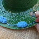 DIY con pintura en spray cómo personalizar sombreros de paja 10