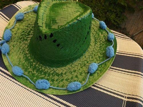 DIY con pintura en spray cómo personalizar sombreros de paja 15