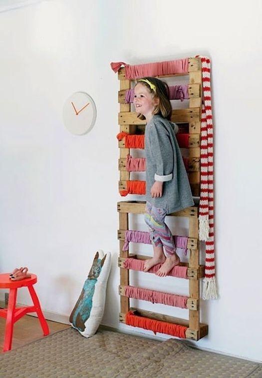 Muebles con palets: espalderas de pared para jugar.