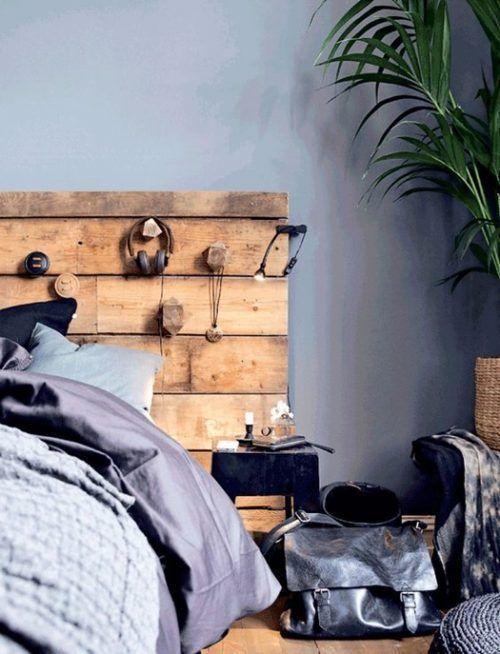 Cabecero en madera reciclada, uno de los muebles con palets originales más sencillos de hacer.