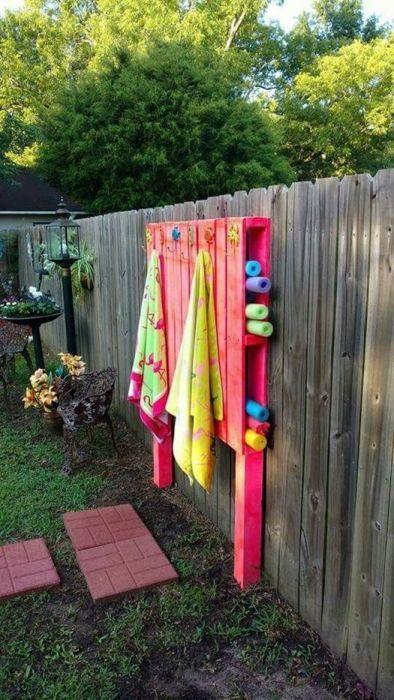 Muebles con palets originales y útiles como este colgador de toallas con almacenaje para el jardín.
