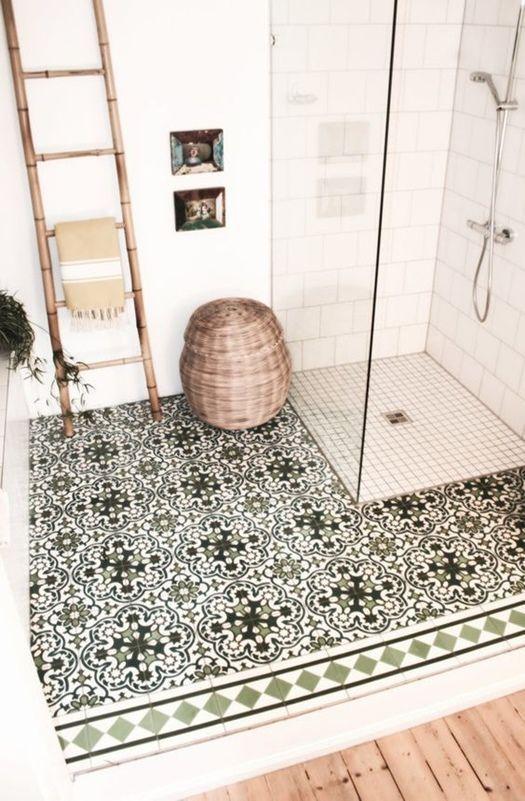 Ideas para reformar baños con plato de ducha de inspiración retro
