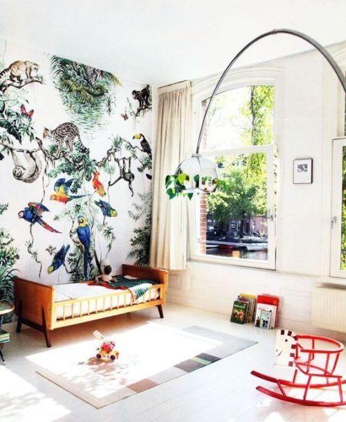 Los ambientes jungla son una de las mejores ideas para decorar habitaciones infantiles originales con papel pintado de inspiración tropical.