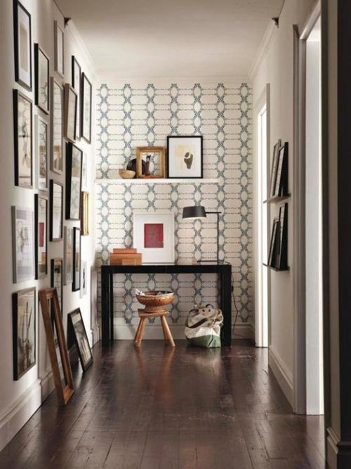Destacar la pared frontal de un pasillo le da mucha personalidad: consíguelo mediante paredes de acento con papel pintado.