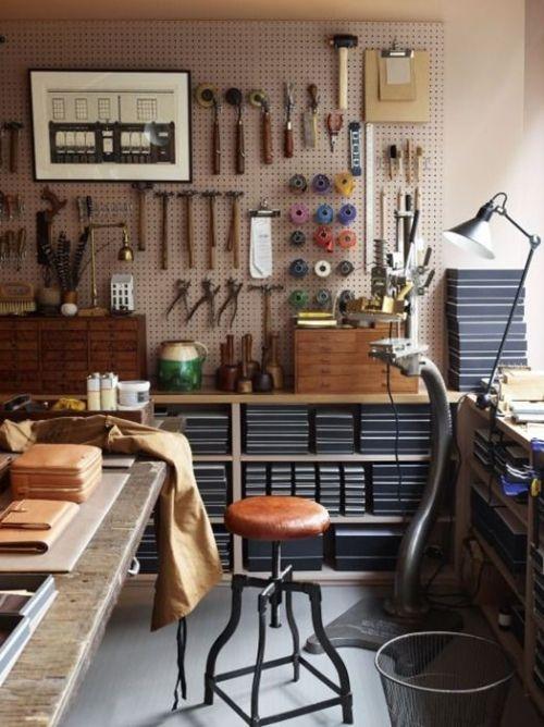 Ordenar herramientas de bricolaje en casa creando un taller DIY personalizado.