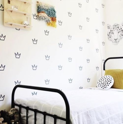 Pegatinas para decorar habitaciones infantiles con coronas distribuidas simétricamente.