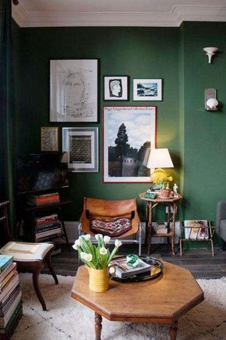 Ideas decoración salón: una galería de arte en un rincón con personalidad.