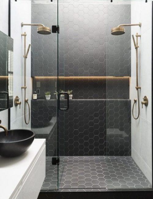 Cuarto de baño de estilo industrial con elementos modernos.