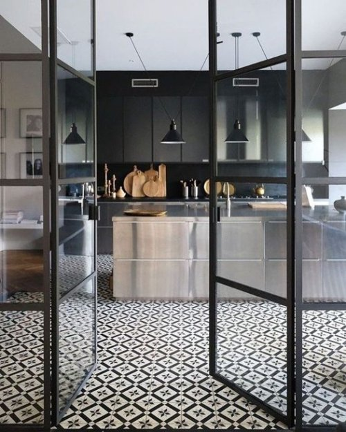 Nuevas tendencias para reformar la cocina: cristaleras con marco negro.