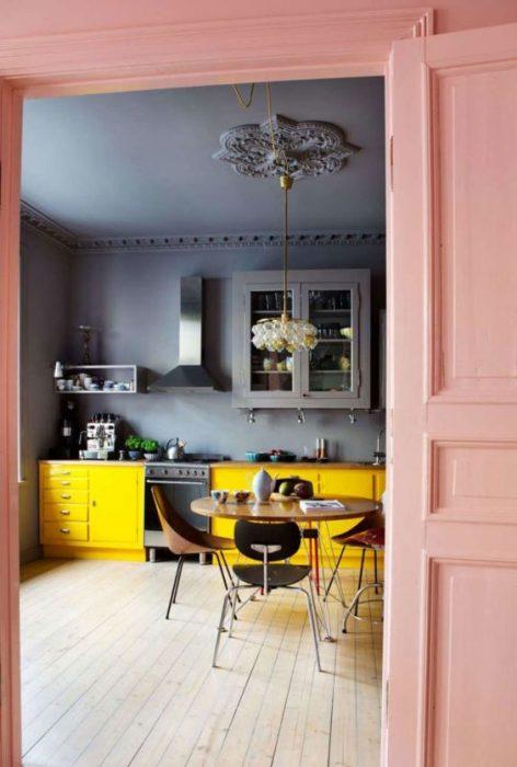 Tendencias para reformar la cocina en un estilo ecléctico: pintura en la pared en lugar de baldosas.