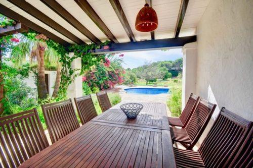Casa con encanto en Ibiza con porche integrado en el jardín.