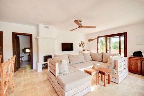 Muebles con palets en casa con encanto en Ibiza.
