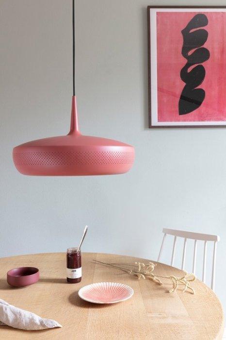 Lámpara de techo metálica de estilo retro.
