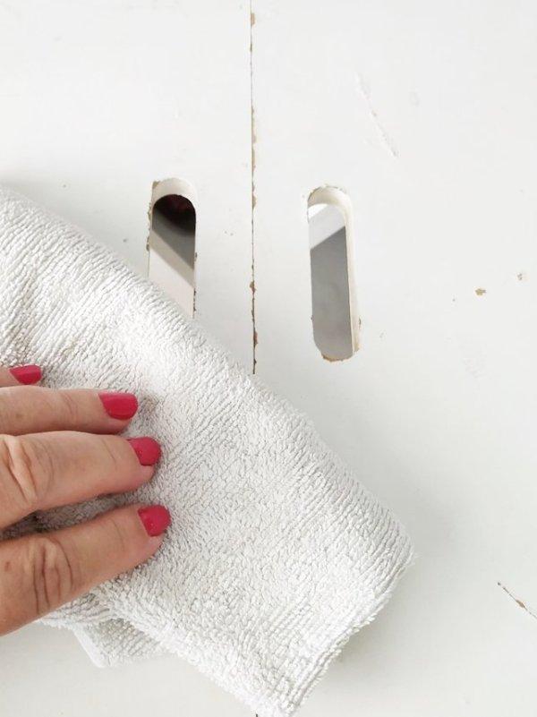 Limpiar polvo y grasa antes de pegar los azulejos adhesivos.