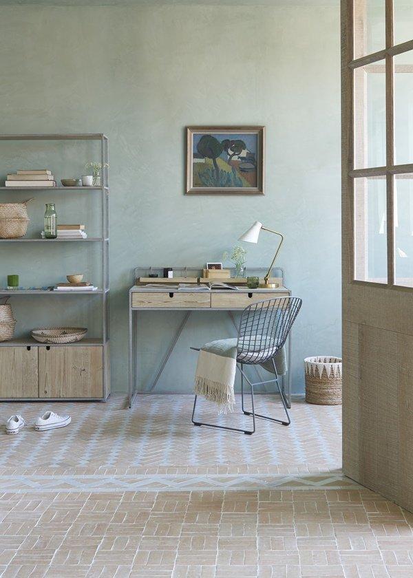 La tendencia es elegir muebles livianos al decorar una oficina en casa.
