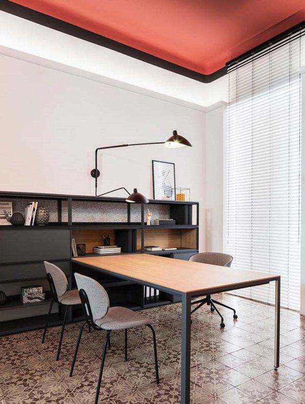 Venecianas graduables en un despacho, mezcla de tradición y modernidad.