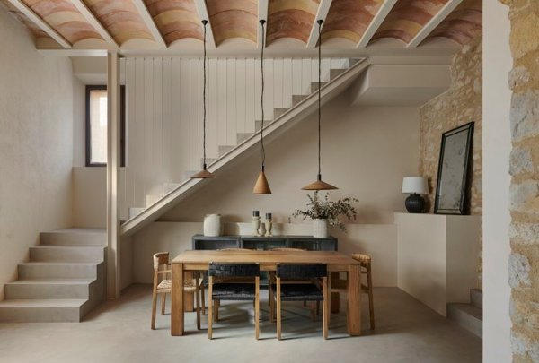Simplicidad y decoración rústica no están reñidas en el proyecto de interiorismo de esta masía.