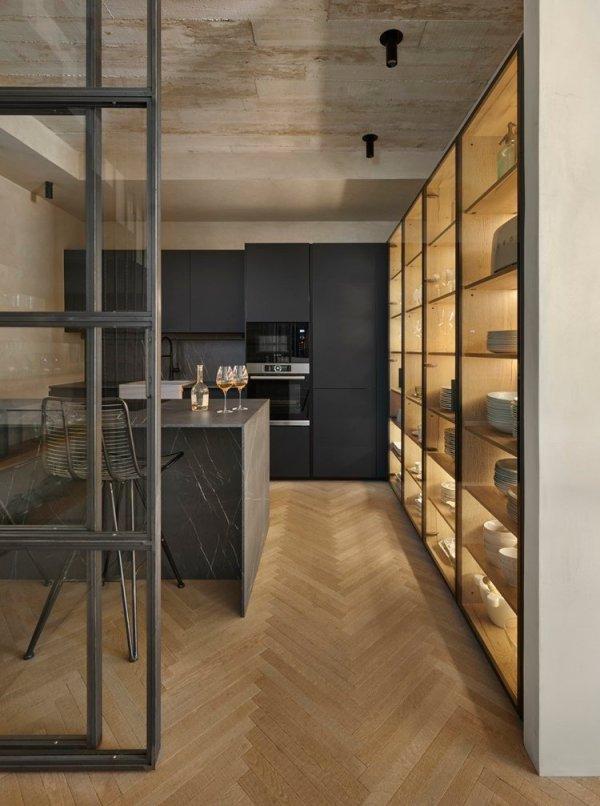 Cocina moderna en un entorno de decoración rústica.