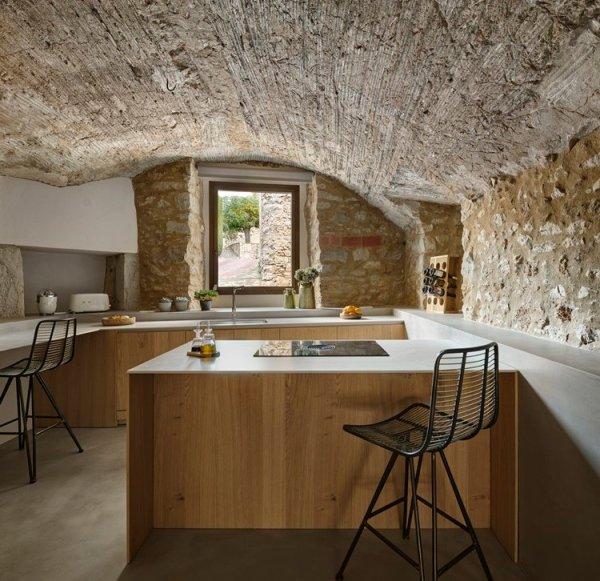 Elementos arquitectónicos conservados en la decoración rústica de esta masía catalana.