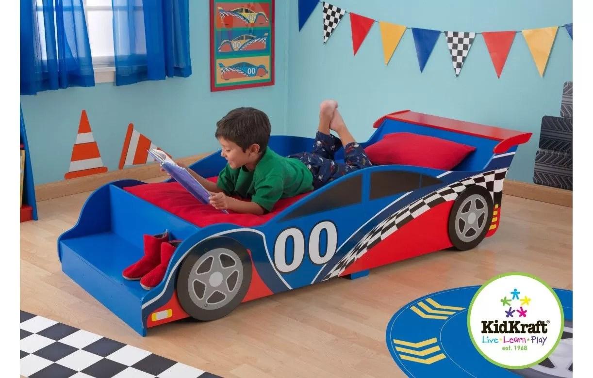 lit petit garcon bleu et rouge voiture