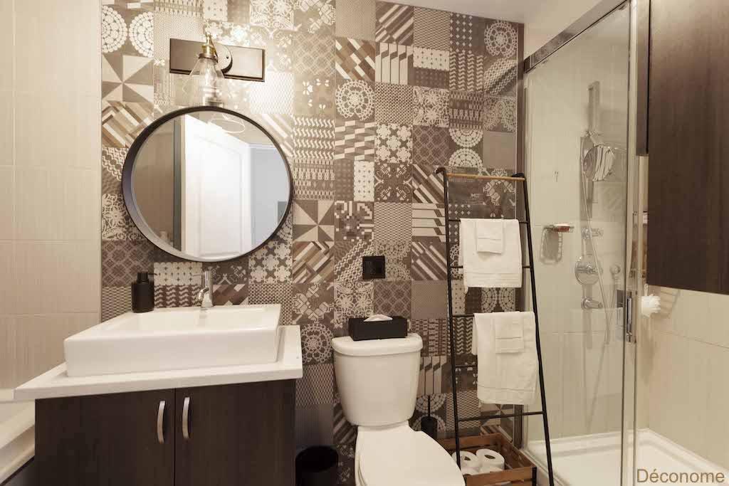 la salle de bain beige et marron de