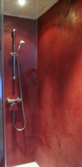 Douche en béton ciré sans travaux lourds, directement sur le carrelage existant