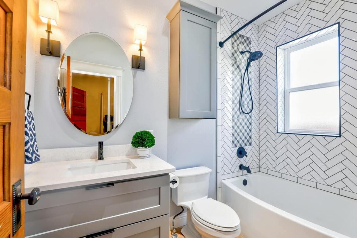 banheiro com decoração simples