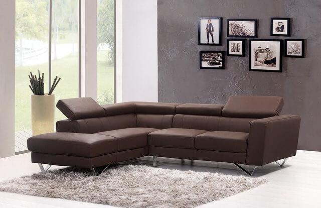 sofá de couro com tapete