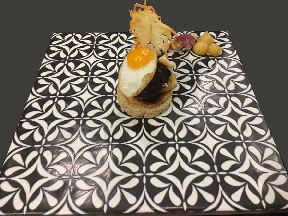 azulejos como platos en la mesa para comer