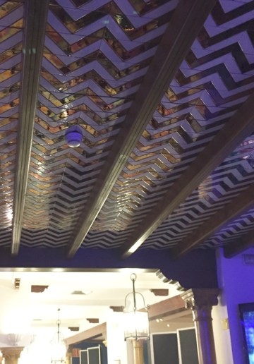 detalle del techo con azulejos