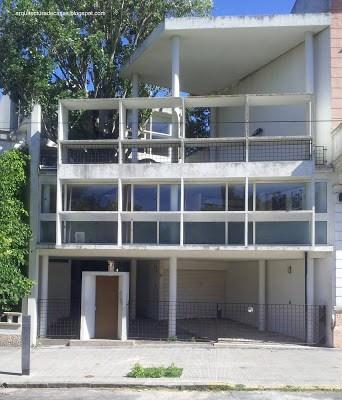 Fachada de la Casa Curutchet en La Plata, Argentina