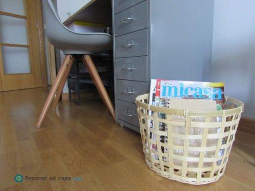 Escritorio con cesta de bambú