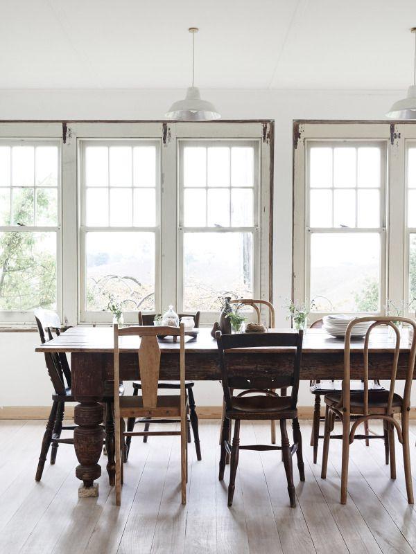 Mesa de comedor con sillas desparejadas