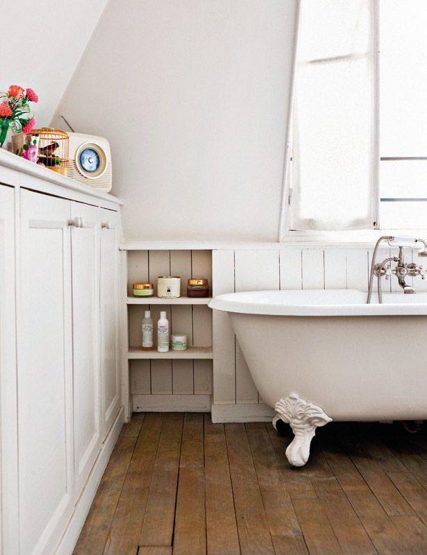 Un baño en blanco y madera