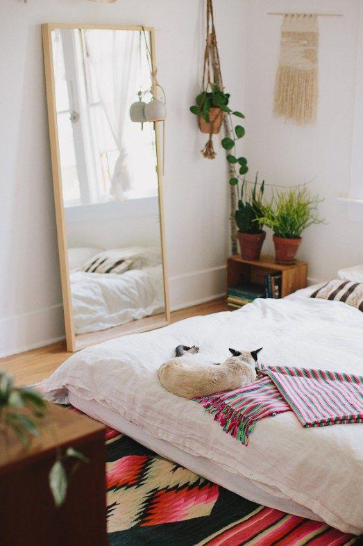 Dormitorio decorado con detalles bohemios