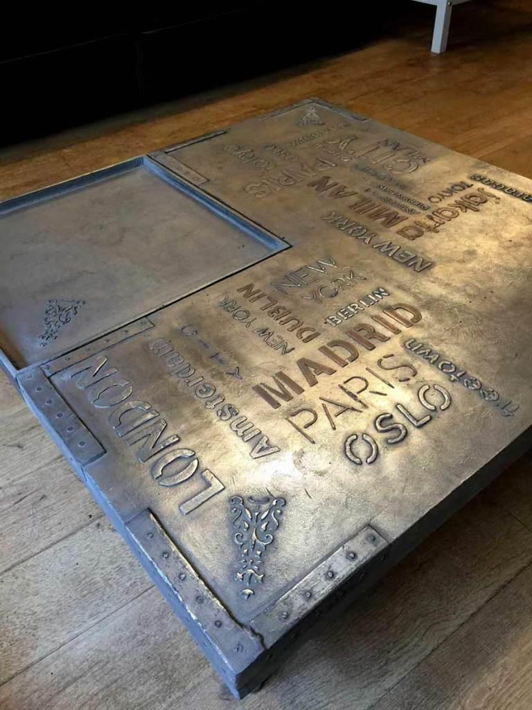 restaurant style industriel Table laquée à la base et ensuite customisée industrielle avec pochoirs en sur épaisseurs