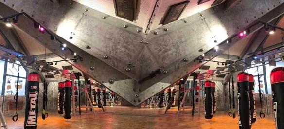 Grande Poutre en bois sous grande hauteur entièrement métallisée et boulonnée style Eiffel