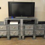 meuble télé industriel customisé d'abord sur des palettes