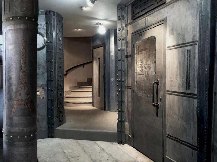 rénovation d'un hall d'immeuble ancien, murs métal après travaux, restauration et décoration style industriel