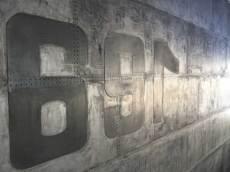 Mur industriel riveté et boulonné