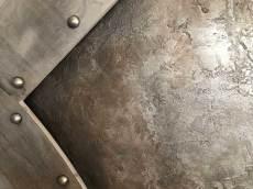 mur en métal oxydé et frappé décoration de style industriel