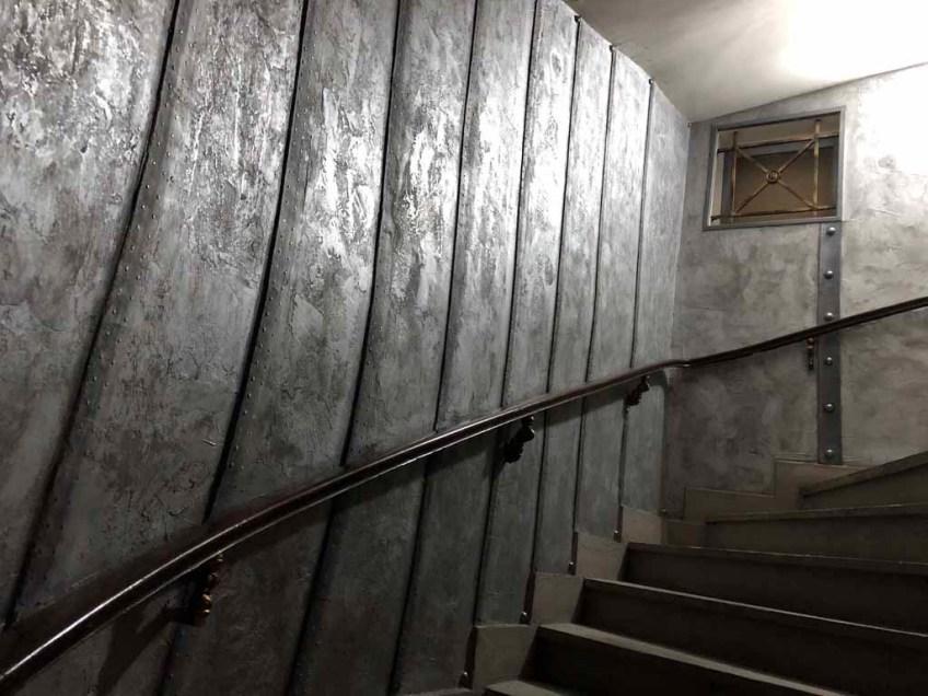 décor de théâtre style industriel, murs métal