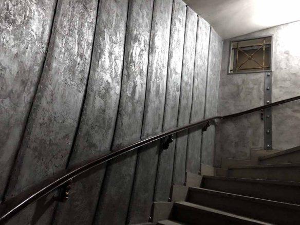 décor cinema style industriel décoration murs métal riveté et boulonné rénovation cage d'escaliers immeuble