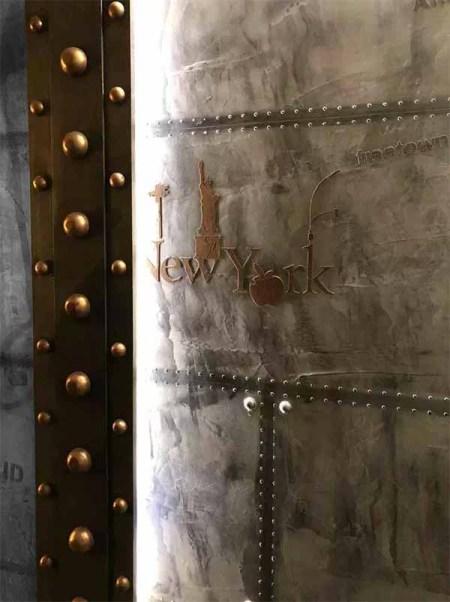décoration hôtel style industriel avec des murs métal rivetés et boulonnés rattachés à des IPN style Eiffel