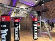 salle de fitness style industriel avec murs métal rivetés et boulonnés